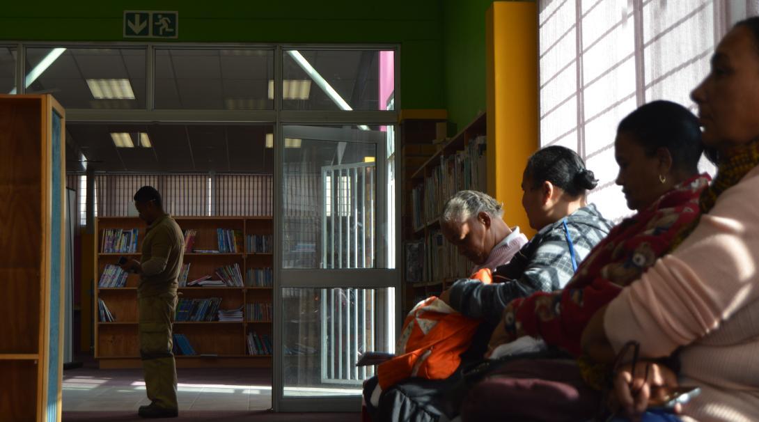 Personas esperando a recibir asesoría legal gratuita en nuestra pasantía de leyes y derechos humanos.